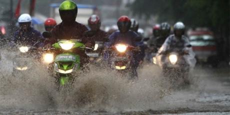 nyalakan lampu motor saat hujan