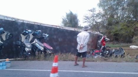 kecelakaan-truk-expedisi-penggangkut-yamaha-mslaz-dan-r15-2