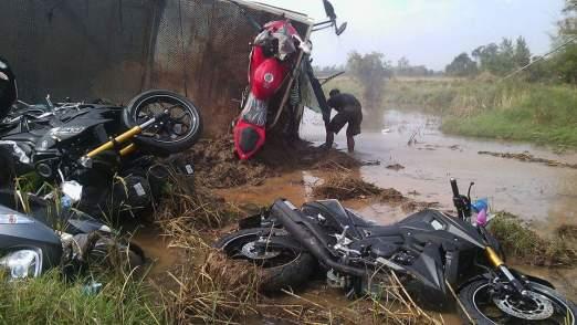 kecelakaan-truk-expedisi-penggangkut-yamaha-mslaz-dan-r15-6
