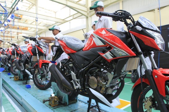 honda-CB150R-racing-red
