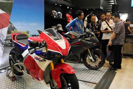 Honda-cBr250RR-Honda-RC213v-s-booth-honda-giias-2016