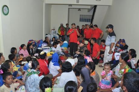 Berlokasi di salah satu ruko di Desa Haurpanggung yang digunakan sebagai posko pengungsian, Sahabat Satu Hati memberikan motivasi para korban banjir Garut yang tempat tinggalnya hancur terkena banjir bandang.