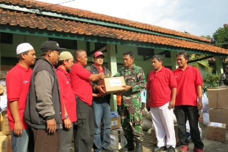Sahabat Satu Hati berkordinasi bersama dengan anggota TNI sesaat sebelum menuju lokasi pengungsian korban banjir Garut.