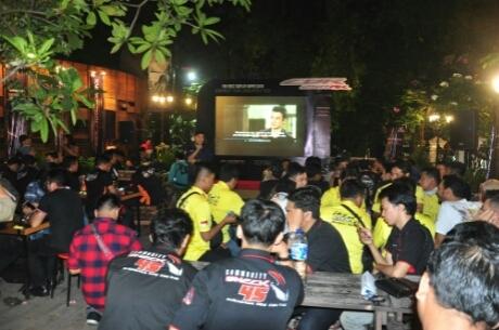 Komunitas motor Honda antusias mengabadikan foto bersama All New Honda CBR250RR pada acara Premiere Night yang digelar main dealer Honda, PT Daya Adicipta Motora, di Ngopidoeloe Cafe, Bandung, Jawa Barat (6/8). All New Honda CBR250RR diperkenalkan pertama kali di dunia pada Juli lalu dan langsung mencatatkan konsumen inden lebih dari 2.000 unit hingga saat ini.