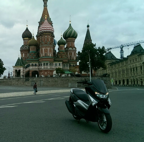 Yamaha NM-X 125 Zenith Black berpose didepan icon Rusia
