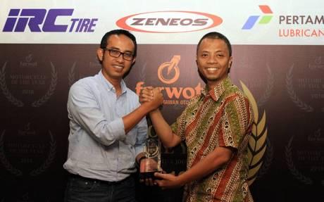 Ahmad Muhibbuddin, Deputy of Corporate Communication PT Astra Honda Motor (AHM) menerima penghargaan dari pak Indra selaku ketua FORWOT