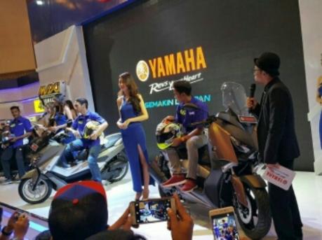 Aksi Imanuel Pratna dan Galang Hendra memperkenlkan Yamaha Xmax 250 dan Helm AGV K3S-V terbaru di IMOS 2016