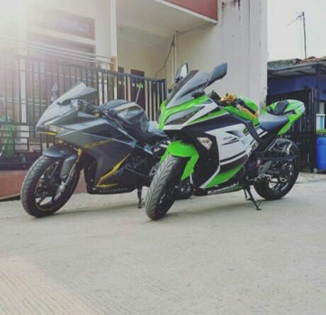 Honda CBR250RR Vs Ninja 300 Ganteng Mana? Pict : Kevin