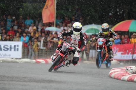 Persaingan ketat antara Andi Farhat (124) dan Boy Arby (2) dalam memperebutkan podium satu di kelas HDC 2 yang diselenggarakan di GOR Satria, Purwokerto (27/11)