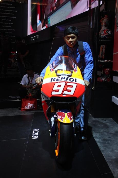 teman saya nih ngebet banget minta difoto sama motor tunggangan Marquez