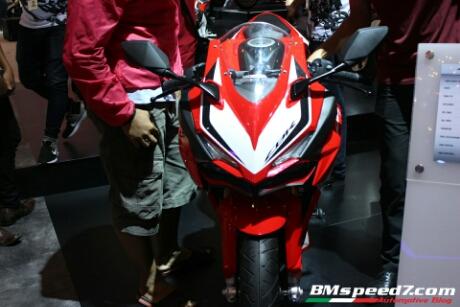 Pengunjung IMOS 2016 Di Booth Honda kebingungan letak plat nomor Honda CBR250RR
