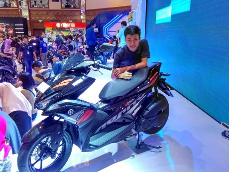 Yamaha Aerox 155 Indonesia tipe Standart pakai sok belakang model biasa alias non tabung....