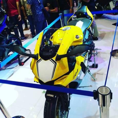 Yamaha R1 kuning