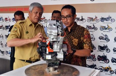 Wakil Ketua Yayasan AHM Ahmad Muhibbuddin menjelaskan tentang teknologi mesin sepeda motor Honda kepada PLT Walikota Yogyakarta Sulistyo di Zona Keselamatan Berkendara dan Teknologi Taman Pintar Yogyakarta yang baru diresmikan pada Senin (05/12).